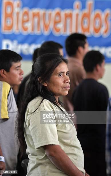 Una mujer se apresta a abandonar las instalaciones de la Fuerza Aerea Guatemalteca en la periferia sur de Ciudad de Guatemala luego de ser deportada...