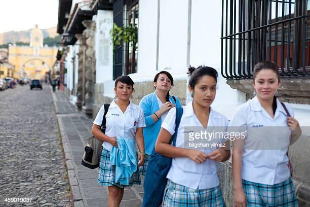 guatemaltekische high school-schüler - guatemala stock-fotos und bilder