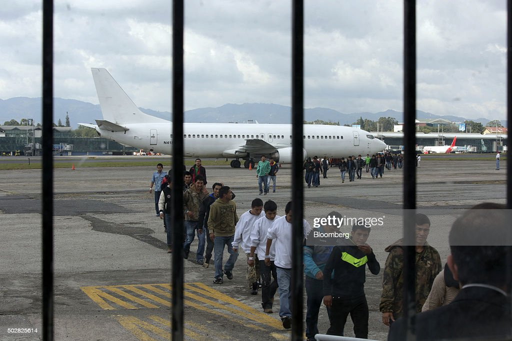 Migrants Arrive At The Border For Processing : News Photo