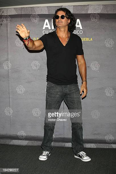 Guatemalan singersongwriter Ricardo Arjona poses to photographers before his press conference at Arena Ciudad De Mexico on October 17 2012 in Mexico...