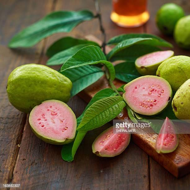 guayaba frutas - fruta tropical fotografías e imágenes de stock