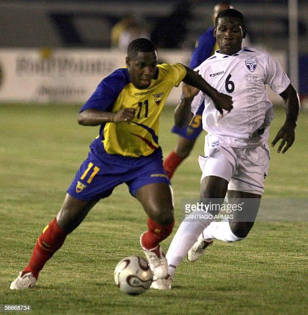 Victor Mina de Ecuador disputa el balon con Hendry Tomas de Honduras en partido amistoso jugado en Guayaquil Ecuador el 25 de enero de 2006 AFP...