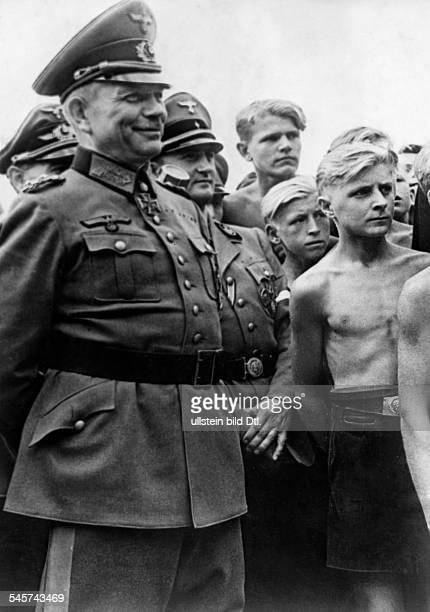 Guderian Heinz *18881954Generaloberst DGeneraloberst Guderian undReichsjugendführer Axmann mit Jungen derHitlerjugend von Ostpreußen 1944