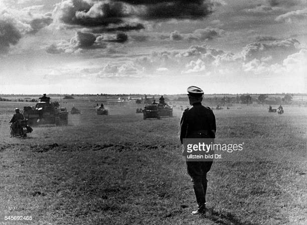 Guderian Heinz Officer General Germany*18881954watching his troops gaining ground during the Russian campaignJuly/August 1941 Photographer Hanns...