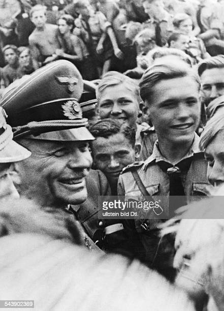 Guderian Heinz Officer Germany*17061888 the head of the general staff of the infantry with members of the Hitler Youth who are helping to build...