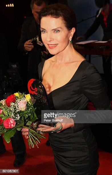 Gudrun Landgrebe 21 Hessischer Film und Kinopreis 2010 Alte Oper Frankfurt Hessen Deutschland Europa Roterteppich Filmpreis Auszeichnung Blumenstrauß...