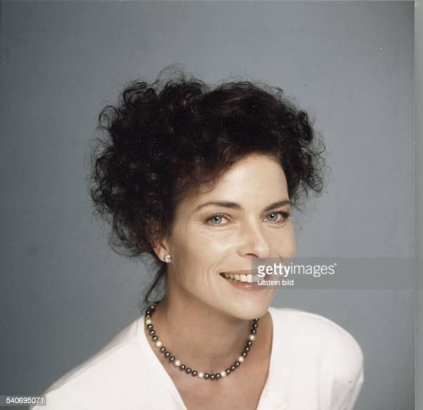 Gudrun Landgrebe Die Schauspielerin trägt eine Perlenkette Aufgenommen um 1998