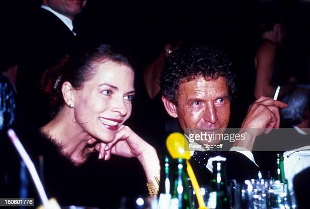 Gudrun Landgrebe Lebensgefährte Dr Ulrich von Nathusius Frankfurt Frankfurter Opernball 1992 Zigarette