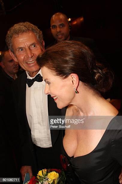 Gudrun Landgrebe mit Ehemann Dr Ulrich Nathusius 21 Hessischer Film und Kinopreis 2010 Alte Oper Frankfurt Hessen Deutschland Europa Roterteppich...