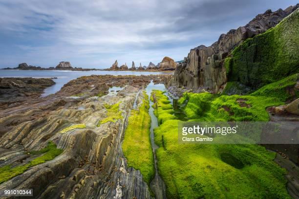 gueirua rocky beach, santa marina del rey, asturias, spain - ponto de referência natural - fotografias e filmes do acervo