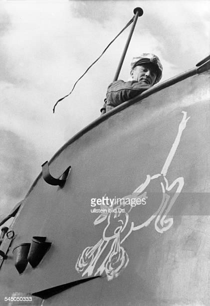 Guenther Prien*UBootKommandant Korvettenkapitaen D auf dem Turm seines Bootes mit demSymbol 'Kämpfender Stier' 1939