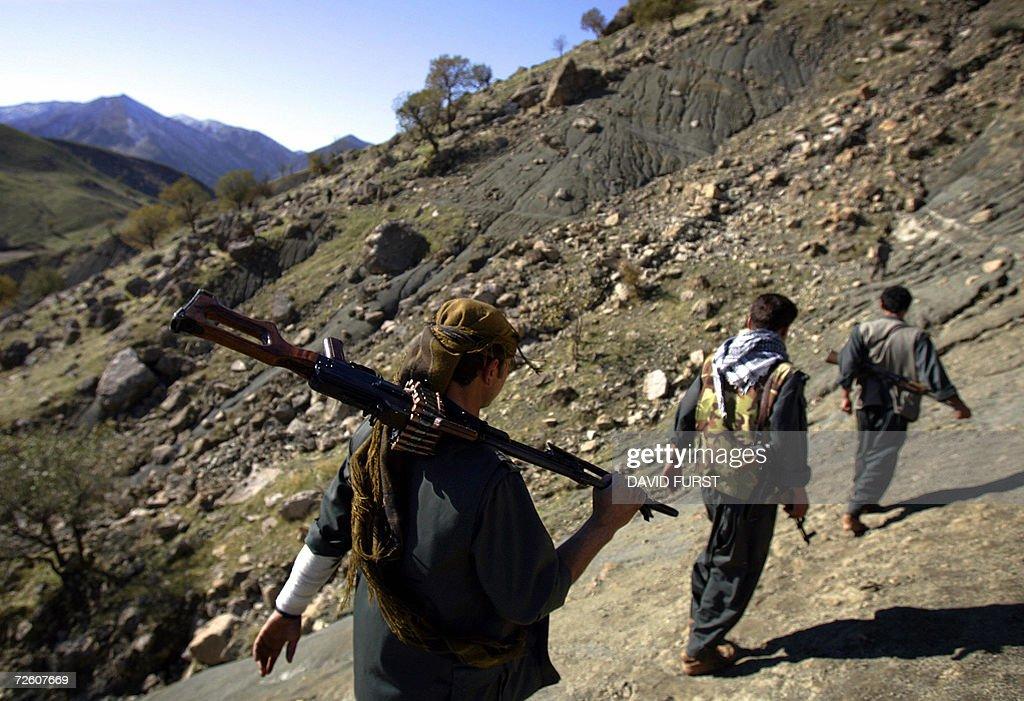 PKK guerillas patrol through a mountain : Fotografía de noticias
