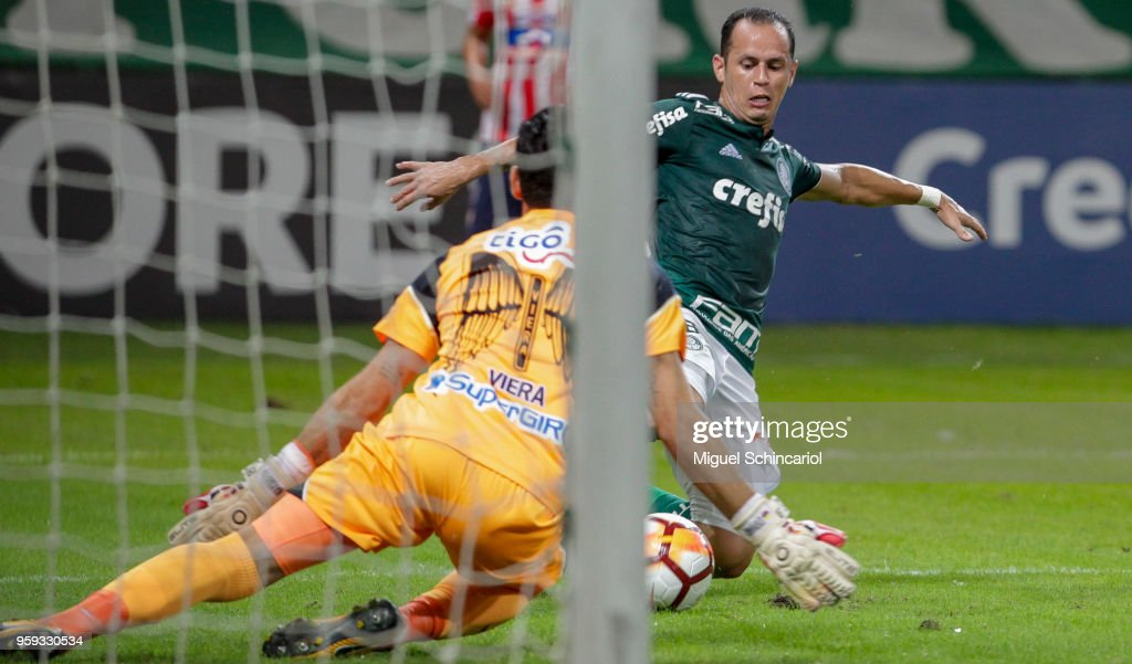 Guerra (L) of Palmeiras of Brazil vies for the ball with goalkeeper Sebastian Viera of Junior Barranquilla of Colombia during the match for the Copa CONMEBOL Libertadores 2018 at Allianz Parque Stadium on May 16, 2018 in Sao Paulo, Brazil.