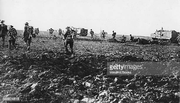Guerre 1914 1918 Battle of the Somme American soldiers advancing in connection with the tanks of assaur France