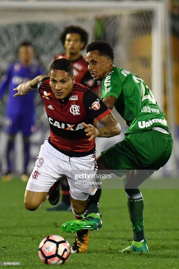 Guerrero (L) of Brazil's Flamengo vies for the ball with Lucas Mineiro (R) of Brazils Chapecoense during their 2017 Copa Sudamericana football match held at Arena Conda stadium, in Chapeco, Brazil on September 13, 2017. /