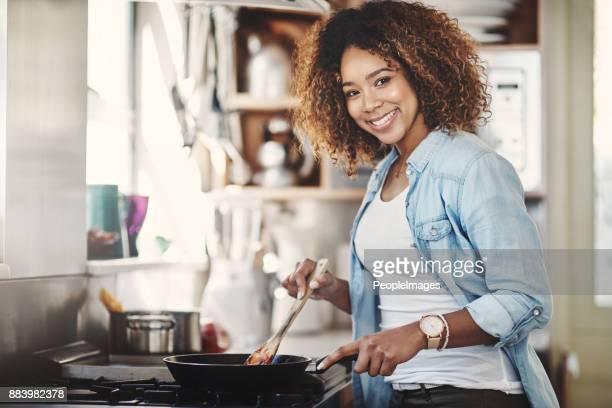 supongo que lo estoy cocinando para la cena - black cook fotografías e imágenes de stock