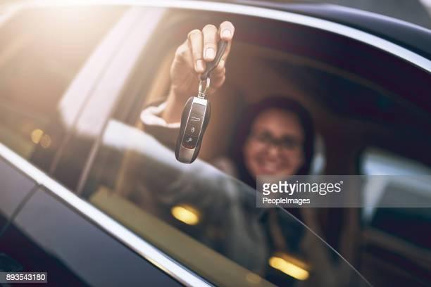 acho que acabei de comprar um carro um novo! - aluguel de carro - fotografias e filmes do acervo