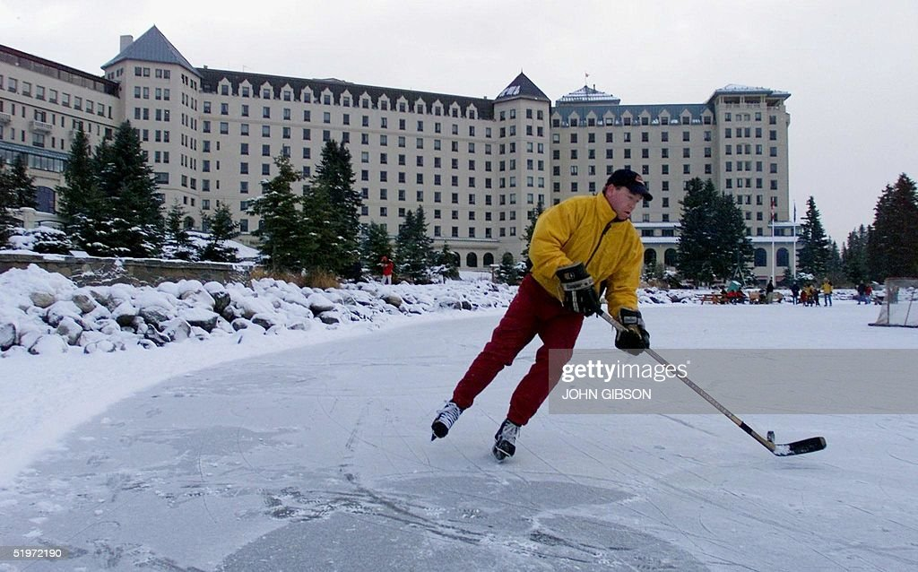A guest at the Chateau Lake Louise plays hockey on : News Photo
