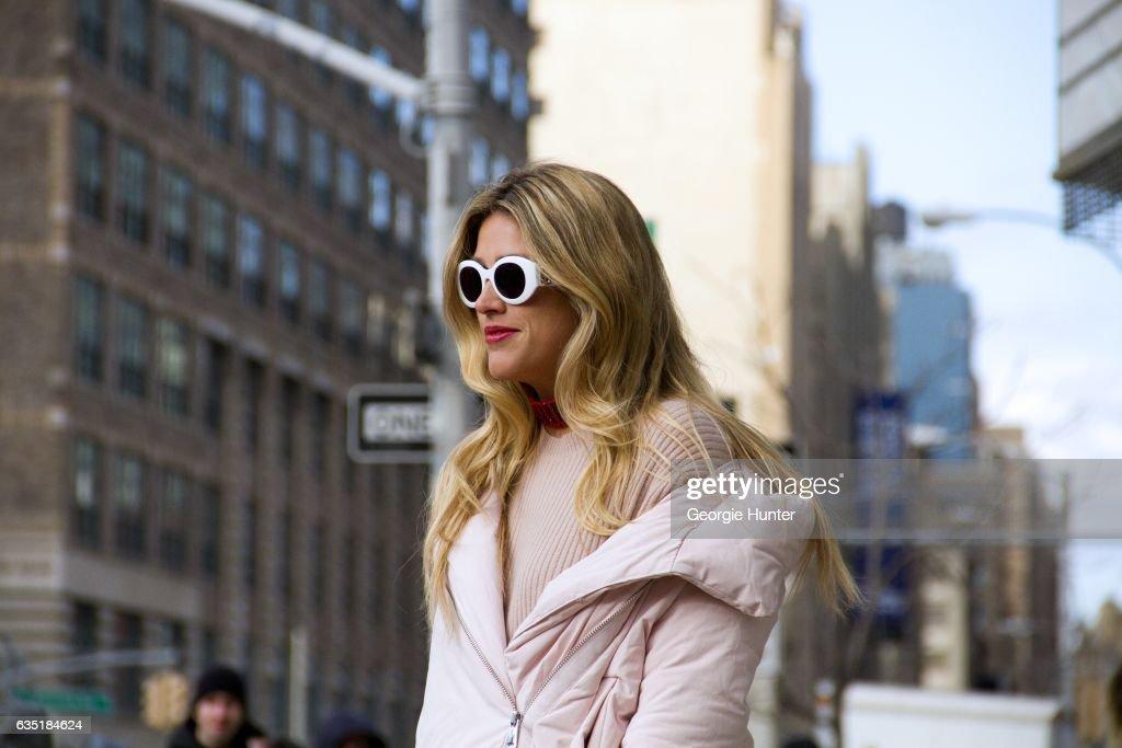 Street Style - New York Fashion Week February 2017 - Day 5 : News Photo