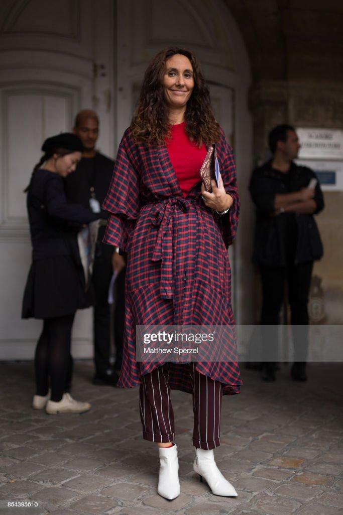 Street Style : Paris Fashion Week Womenswear Spring/Summer 2018 : Day One : News Photo