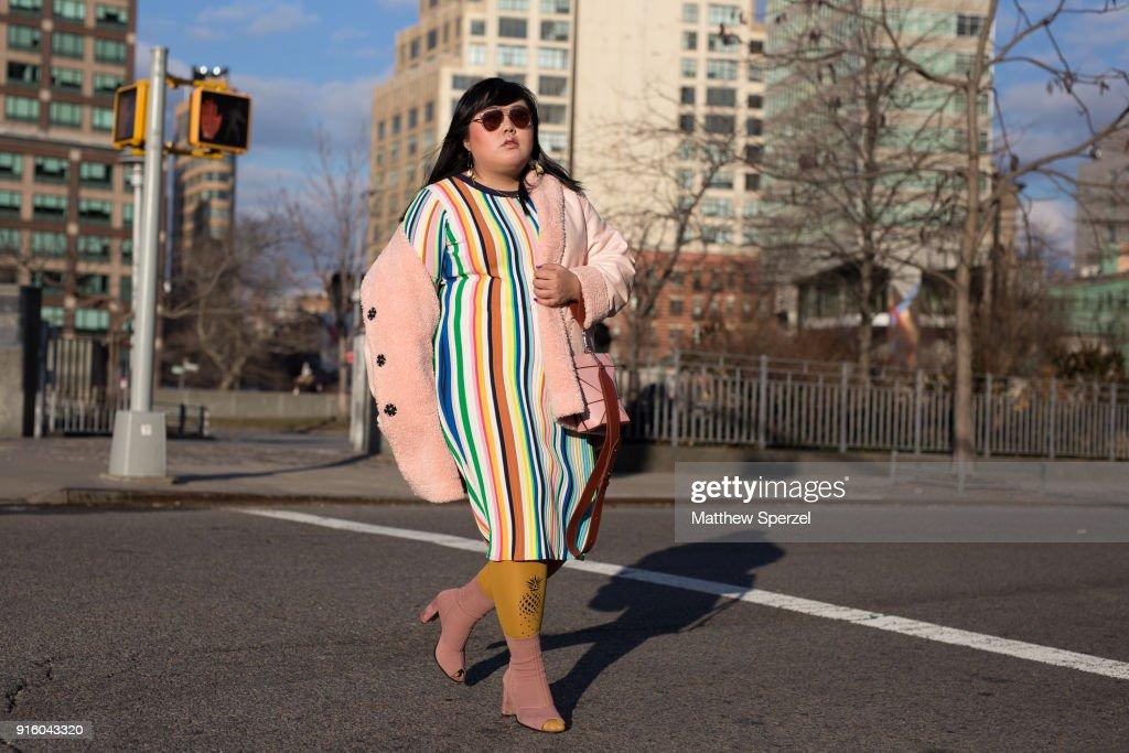 Street Style - New York Fashion Week February 2018 - Day 1 : Nachrichtenfoto
