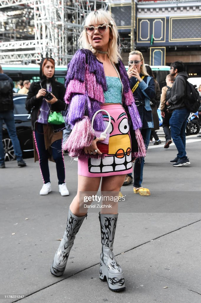Street Style : Paris Fashion Week - Womenswear Spring Summer 2020 : Day Eight : News Photo
