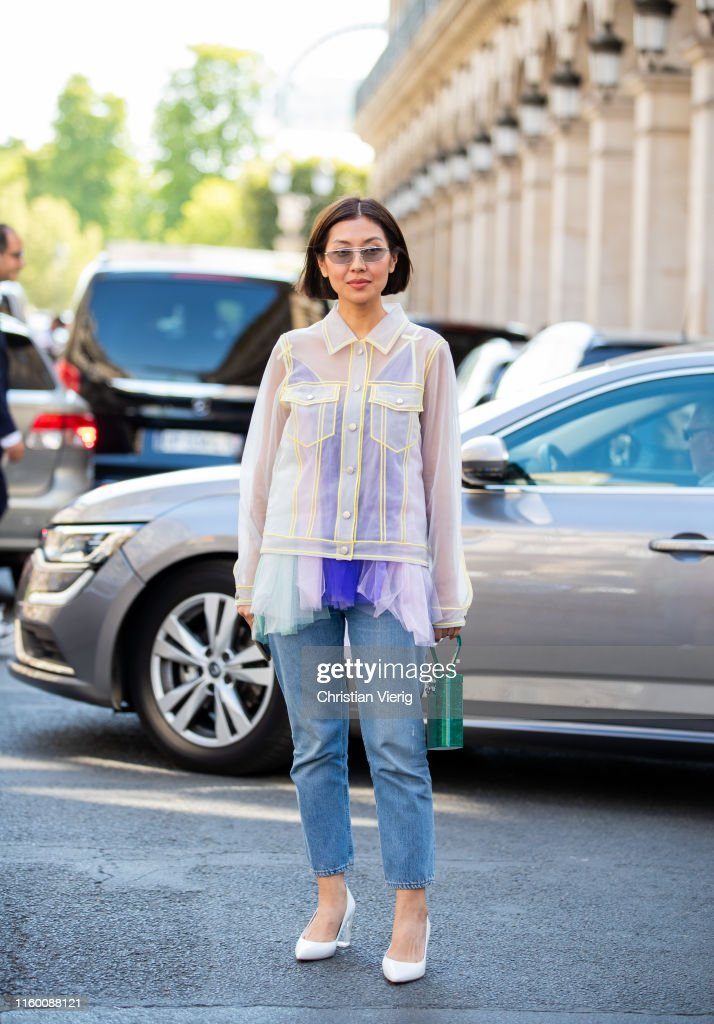 Street Style : Paris Fashion Week -Haute Couture Fall/Winter 2019/2020 : Day Four : News Photo