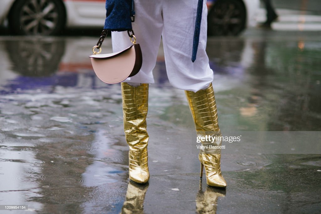 Street Style  - Paris Fashion Week - Womenswear Fall/Winter 2020/2021 : Day Eight : Photo d'actualité
