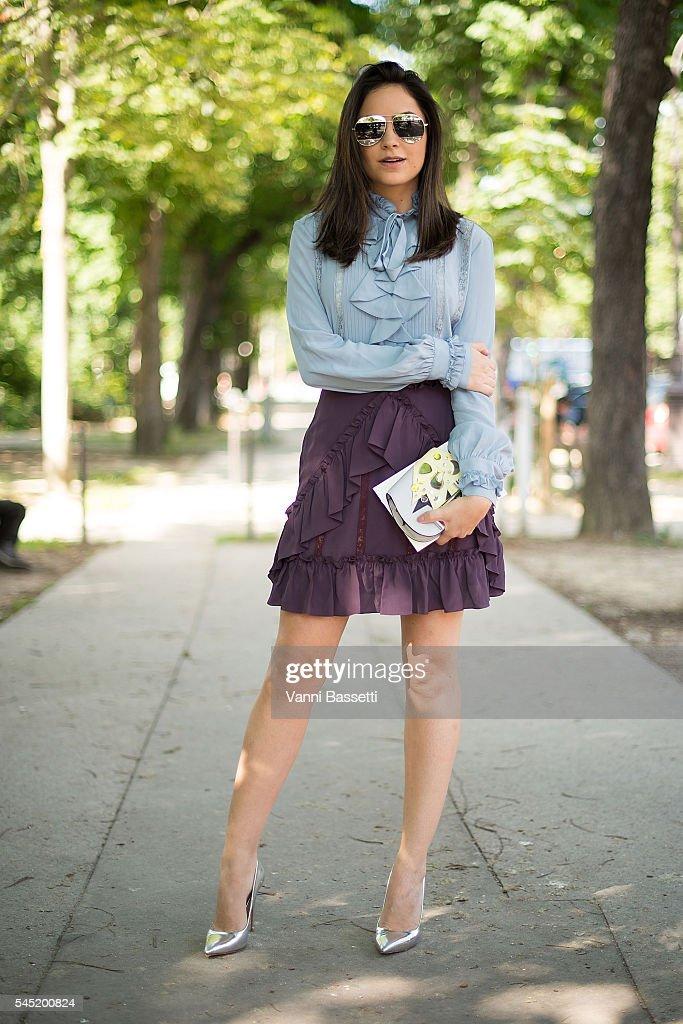 Street Style - Paris Fashion Week : Day Four - Haute Couture F/W 2016/2017 : News Photo