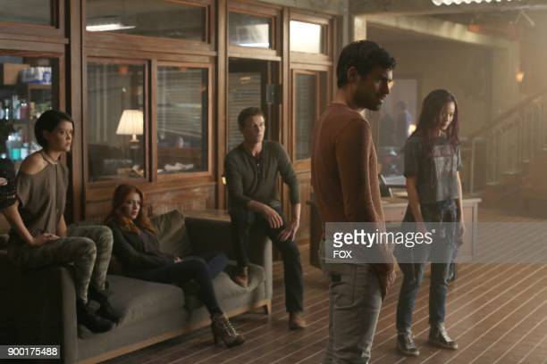 Guest star Hayley Lovitt guest star Elena Satine Stephen Moyer Sean Teale and Jamie Chung in the 'threat of eXtinction' episode of THE GIFTED airing...