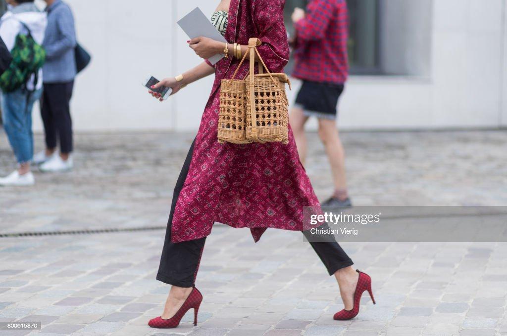 Street Style - Paris Fashion Week - Menswear Spring/Summer 2018 : Day Four : Nachrichtenfoto