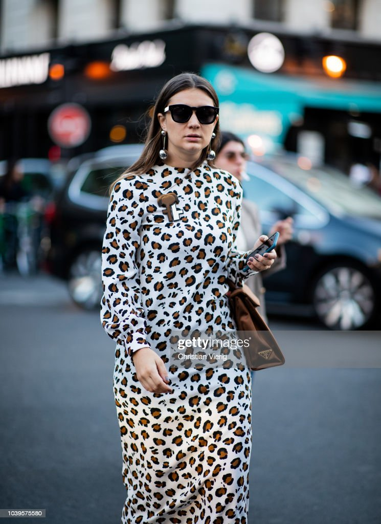 Street Style : Paris Fashion Week Womenswear Spring/Summer 2019 : Day One : News Photo