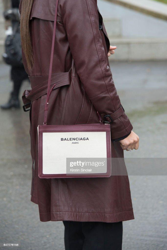 Street Style : Day Two - Paris Fashion Week Womenswear Fall/Winter 2017/2018 : ニュース写真