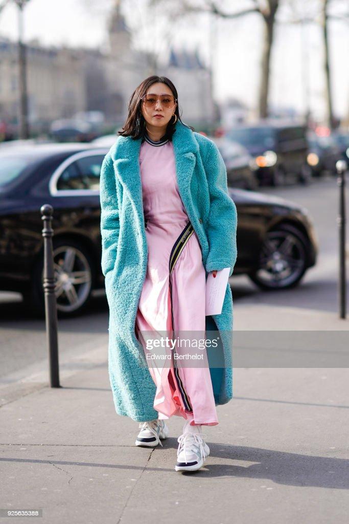 Street Style : Paris Fashion Week Womenswear Fall/Winter 2018/2019 : Day Three : Photo d'actualité