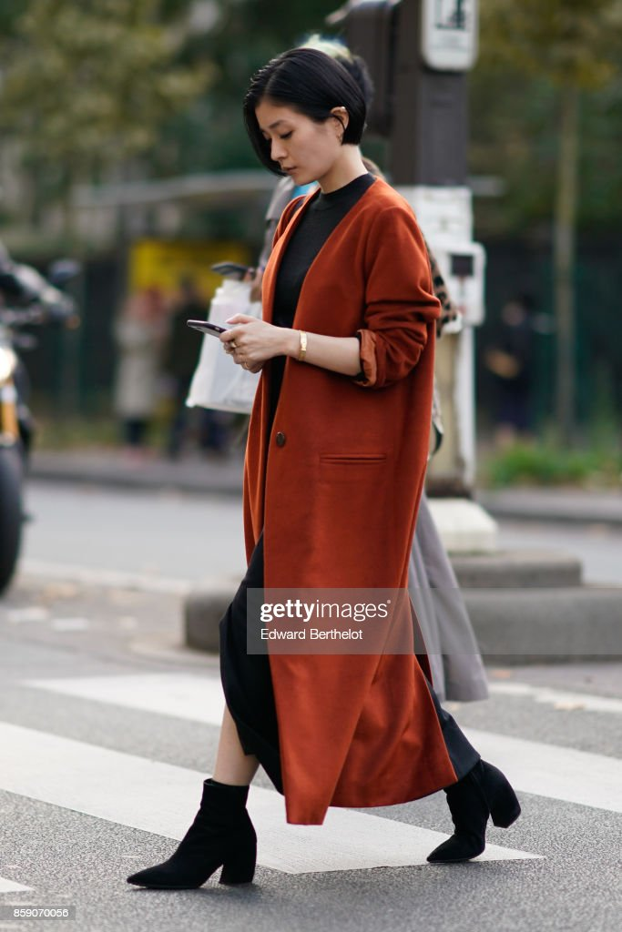 Street Style : Paris Fashion Week Womenswear Spring/Summer 2018 : Day Five : News Photo