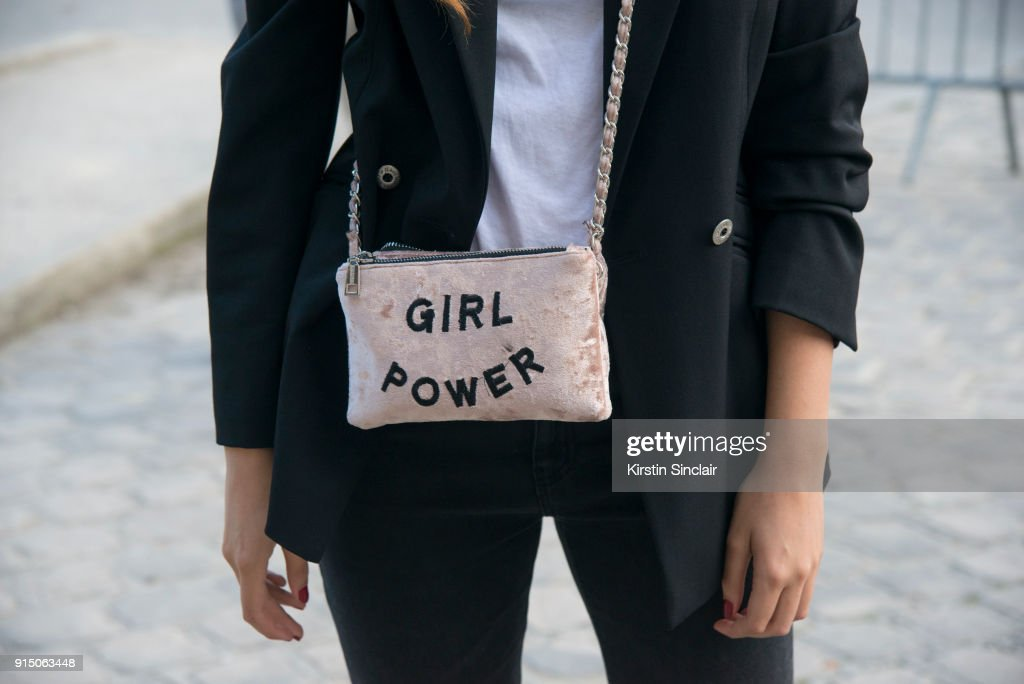 Street Style : Paris Fashion Week Womenswear Spring/Summer 2018 : Day Five : Foto jornalística