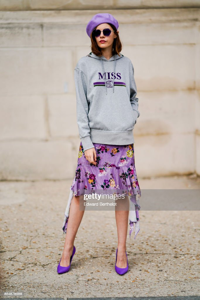 Street Style : Paris Fashion Week Womenswear Spring/Summer 2018 : Day Two : News Photo