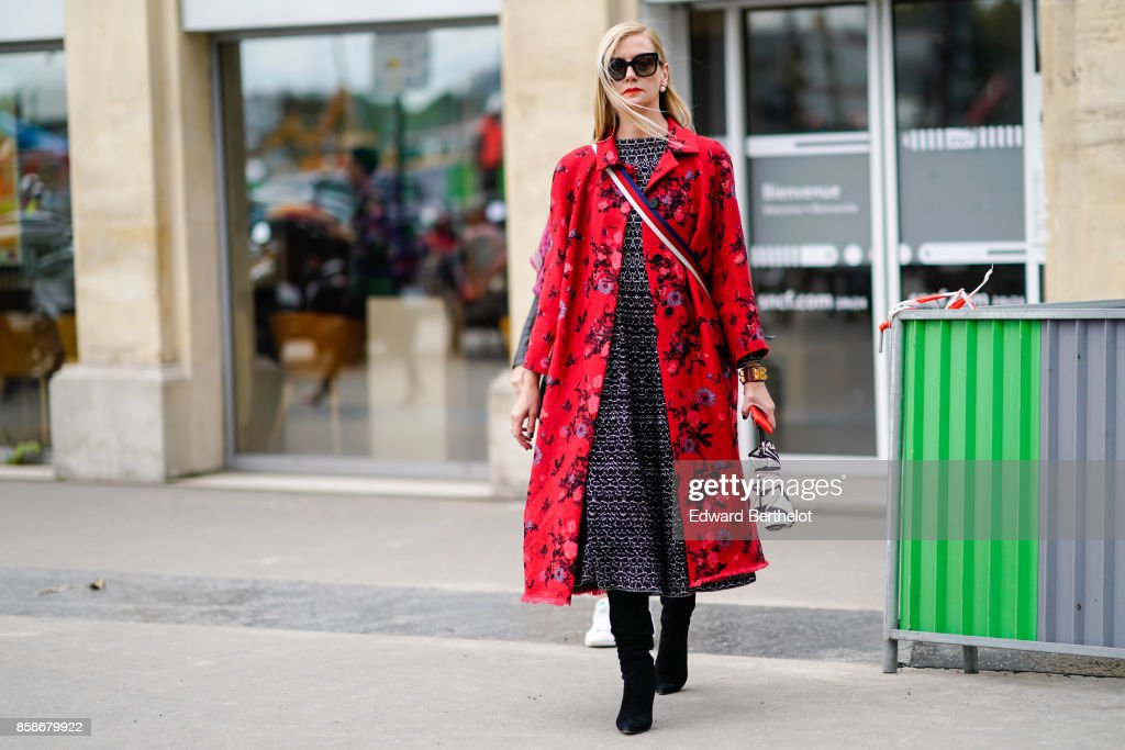 Street Style : Paris Fashion Week Womenswear Spring/Summer 2018 : Day Seven : Nachrichtenfoto