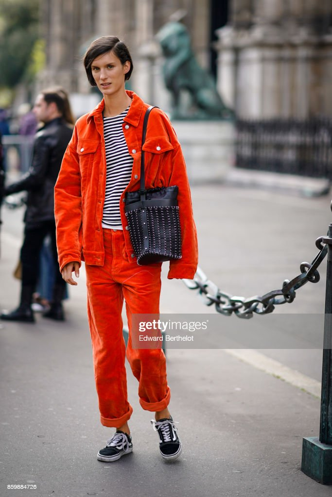 Street Style : Paris Fashion Week Womenswear Spring/Summer 2018 : Day Two : Nachrichtenfoto
