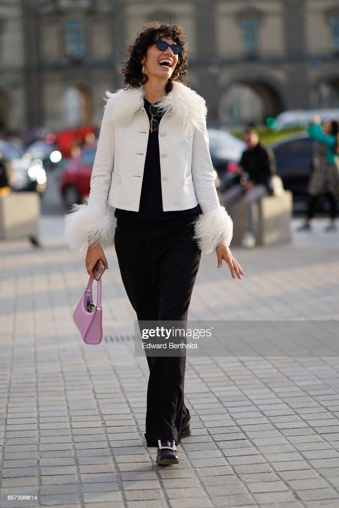 Street Style : Paris Fashion Week Womenswear Spring/Summer 2018 : Day Eight : Fotografía de noticias