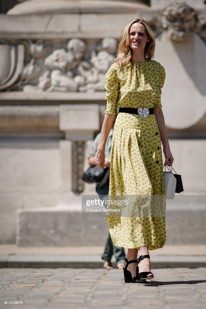 Street Style - Paris Fashion Week - Haute Couture Fall/Winter 2017-2018 : Day Three : News Photo