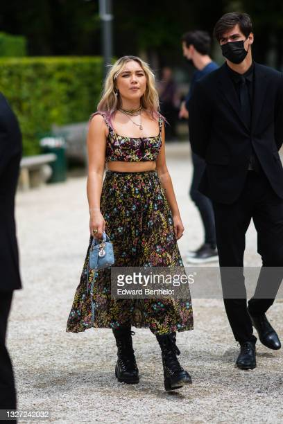 Guest wears Florence Pugh wears gold pendant earrings, a gold J'Adior chain necklace, a multicolored pearls necklace, gold necklace, a black tulle...