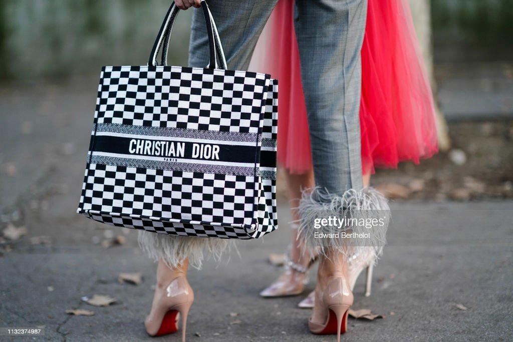Street Style - Paris Fashion Week Womenswear Fall/Winter 2019/2020 : Day Two : Nachrichtenfoto