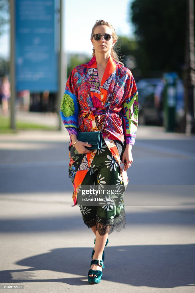 Street Style - Paris Fashion Week - Haute Couture Fall/Winter 2017-2018 : Day Two : News Photo