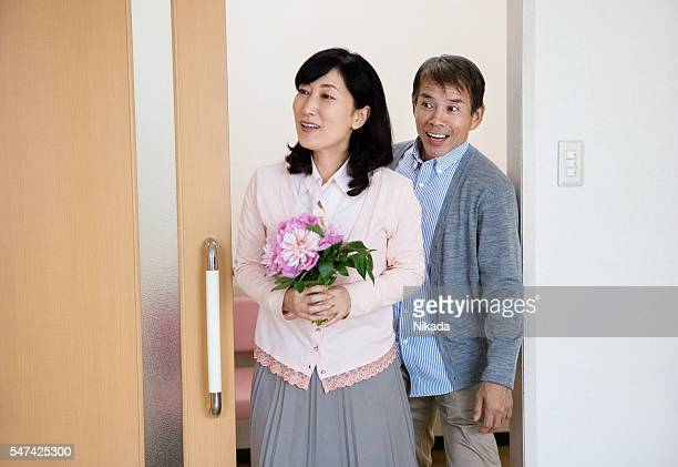 guest with flowers visiting patient in hospital - ゲスト ストックフォトと画像