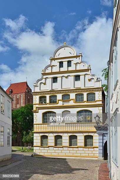 Guestrow alte Domschule im Hintergrund der Turm des Doms
