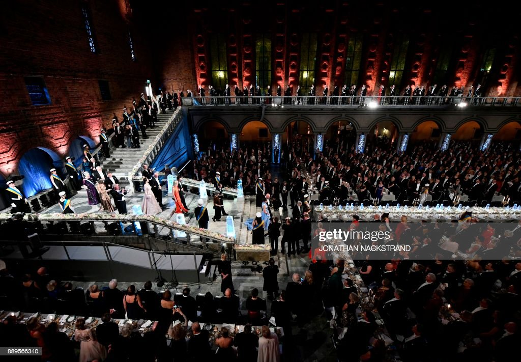 Guests and 2017 Nobel prize laureates arrive at the 2017 Nobel Banquet for the laureates in medicine, chemistry, physics, literature and economics in Stockholm, on December 10, 2017. / AFP PHOTO / Jonathan NACKSTRAND