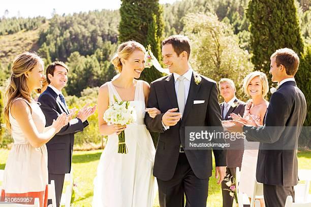 Sie applaudieren, während Sie frisch verheiratet Paar