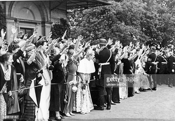 Guests at the Bayreuther Festspiele are waiting for Adolf Hitler to arrive and sow the Hitler salute 1939 Photographer PresseIllustrationen Heinrich...