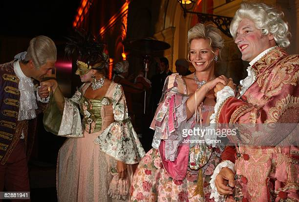 Guests dressed as baroque noblemen arrive for the 'Fabulous Celebration' at Nymphenburg Castle on September 18 2008 in Munich Germany French...